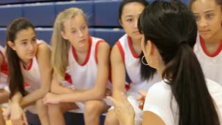 coach-of-female-high-school-basketball-team-gives-team-talk_vy_efaof__S0000